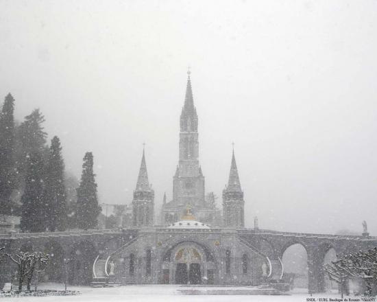 Basilique du Saint Rosaire de Lourdes sous la neige