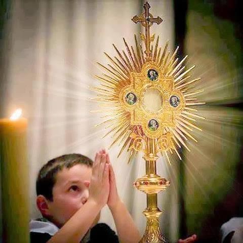 Enfant adorant le Saint Sacrement