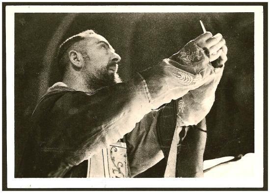 Padre Pio célébrant la Messe