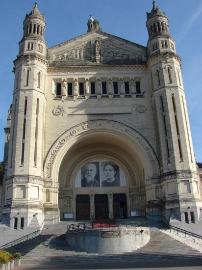 Entrée de la Basilique de Lisieux