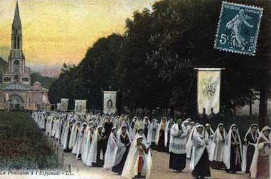 Procession sur l'Esplanade de LOURDES