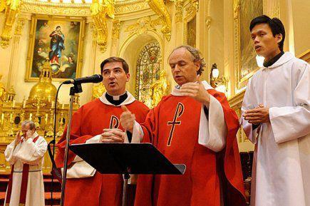 Les Prêtres chanteurs célébrant la Messe
