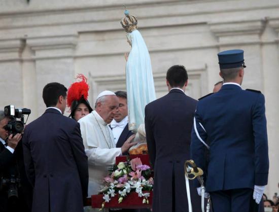 Pape François honorant Notre-Dame de Fatima, octobre 2013
