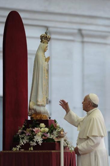 Pape François vénérant Notre-Dame de Fatima, octobre 2013