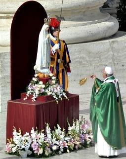Pape François encensant la Vierge de Fatima,13.10.2013