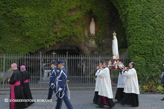 Procession Vierge de Fatima passant devant Notre-Dame de Lourdes
