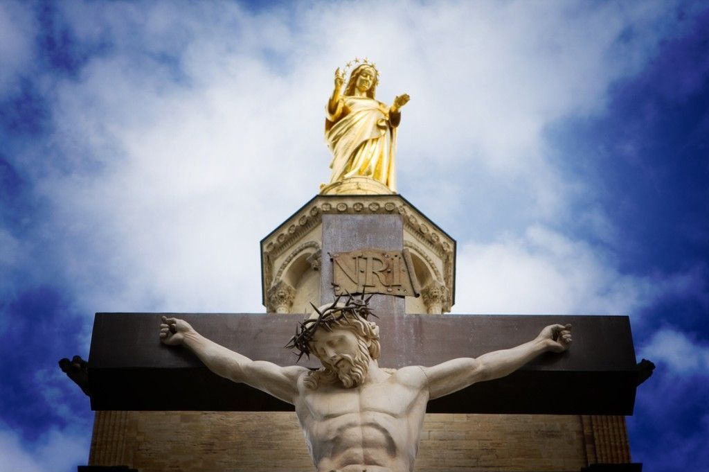 Marie surplombant le Christ Crucifié